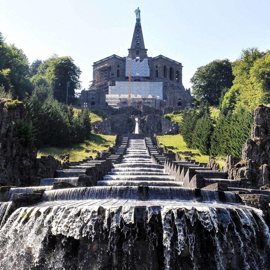 Le cascate e i giochi d'acqua nel monumento Herkules. Nel Bergpark del Palazzo Wilhelmshöhe