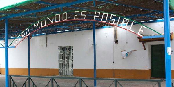 """Il cartello di benvenuto di una fattoria a Marinaleda recita """"Otro mundo es posible"""" (un altro mondo è possibile)"""