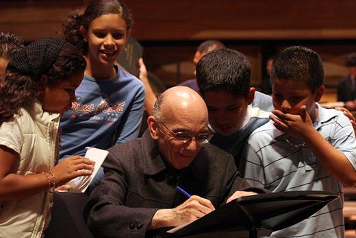 José Antonio Abreu, ideatore e promotore di El Sistema: tale modello didattico «mira ad organizzare sistematicamente l'educazione musicale ed a promuovere la pratica collettiva della musica attraverso orchestre sinfoniche e cori, come mezzo di organizzazione e sviluppo della comunità»
