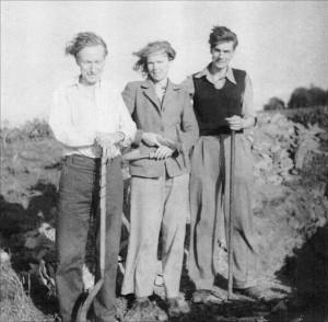 Da sinistra: l'archeologo John Bradford (1918-1975), lo storico e ufficiale della RAF inglese, spinto in Puglia dai venti di guerra; sua moglie Patience Andrewes e suo cognato Derek Andrewes. La foto è stata scattata dal padre di Patience, H. Andrewes, in Cornovaglia nel 1950.