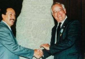 BILL GARRETT (SULLA DESTRA) CON IL PRESIDENTE DEL GUATEMALA. HA DIRETTO IL NATIONAL GEOGRAPHIC MAGAZINE DAL 1980 AL 1991, POI HA FONDATO LA RUTA MAYA FOUNDATION. A LUI E' STATO CONSEGNATO NEL 2002 , A SASSOCORVARO NEL MONTEFELTRO MARCHIGIANO, IL PREMIO ROTONDI AI SALVATORI DELL'ARTE, SEZIONE MONDO.