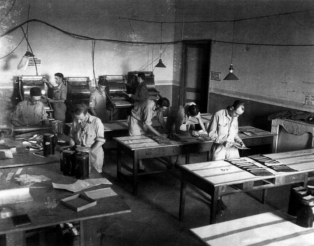 San Severo (Foggia), 1944. Nell'aula di una scuola militari inglesi interpretano e stampano foto aeree della RAF (Royal Air Force).