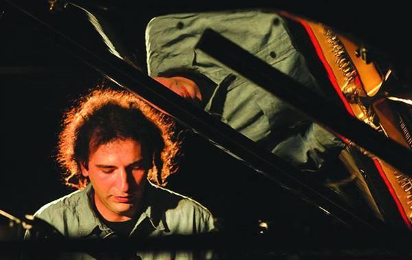 Stefano Bollani (Milano, 1972) è un compositore e pianista italiano di musica jazz. Lo stile di Bollani è eclettico e ricco di citazioni musicali; nelle sue performance, Bollani a volte interagisce improvvisando con il pubblico.