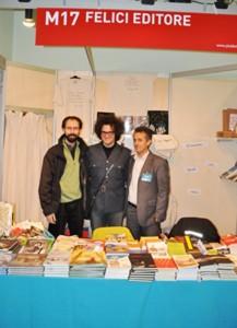 """Roma 2012, mostra """"Più libri più liberi"""": l'editore Fabrizio Felici (sulla destra) affianca Simone Cristicchi, cantautore romano vincitore del festival di Sanremo 2007"""