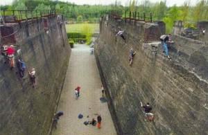 Duisburg Landscape Park: ogni zona è stata dedicata ad una differente attività. Nell'immagine, appassionati di climbing si misurano con la scalata alle alte mura presenti nel parco.