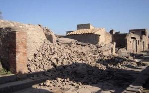 la parete della scuola dei gladiatori, crollata nel 2012