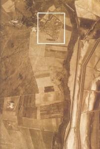 In questa foto dal cielo, scattata nel 1943 da un aereo della RAF inglese, si intravede, nel riquadro bianco, la città di Salpi, nome medievale dell'antica città-porto di Salapia. Sulla destra le vasche delle saline di Margherita di Savoia, le più grandi d'Europa.