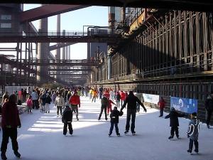Zollverein: tra i grossi tubi e le grosse ciminiere é stata creata un'immensa pista di pattinaggio che ogni giorno ospita, in un paesaggio surreale centinaia di persone (fonte: lavocedinomas.org)