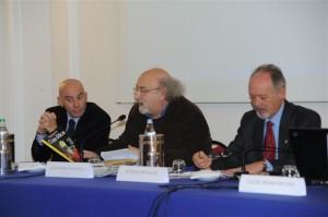 il tavolo della presidenza del premio Cervia Ambiente 2012: da sinistra, il  giornalista e scrittore Bepi Costantino; Salvatore Giannella, coordinatore dell'iniziativa; Attilio Rinaldi, presidente della Fondazione CerviaAmbiente.
