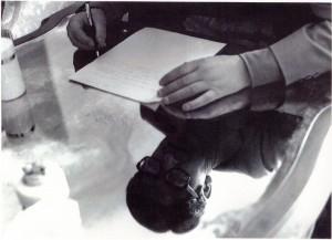 Una delle ultime immagini di Michele D'Elia al suo tavolo di lavoro.