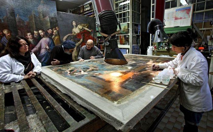 Fasi di restauro sul dipinto rovinato all'Aquila nel laboratorio di Aramengo, Piemonte (Nicola Restauri)