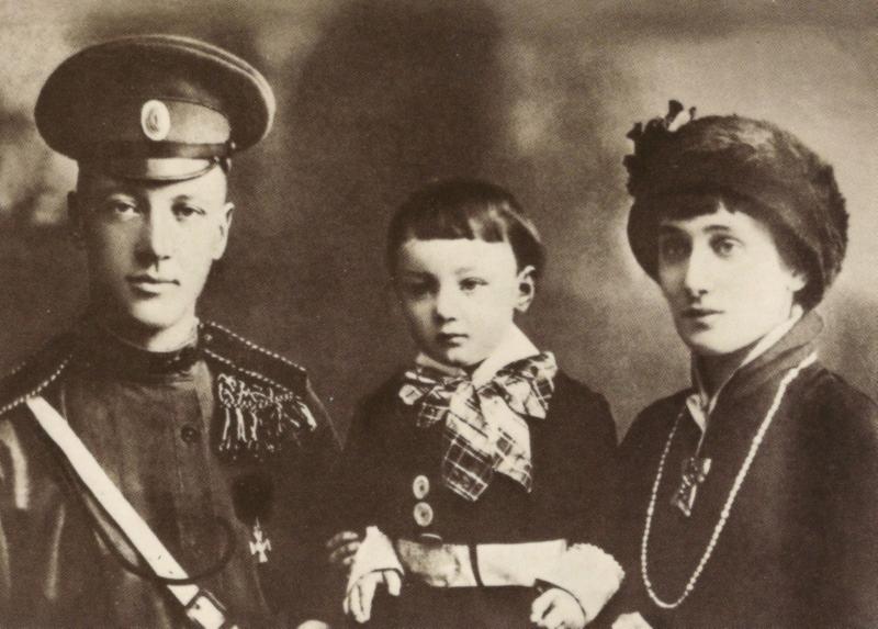 Anna Achmatova con il marito Nikolaj Gumilev e il figlio Lev (1913). Nikolai fu fucilato nel tumulto della guerra civile, il figlio Lev fu imprigionato fra il 1935 e il 1940 nel periodo delle grandi purghe staliniane.