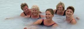 Le donne islandesi di governo, fotografate durante un tipico bagno termale in Islanda: Jóhanna Sigurdardóttir, Katrin Jakobsdottir, Birna Einarsdottir e Sjöfn Sigurgisladottir.