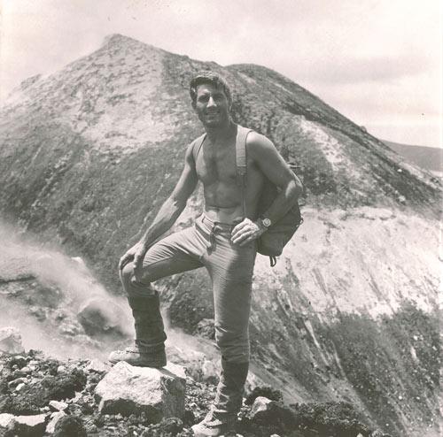 """""""Le montagne sono il mezzo, l'uomo il fine. L'obiettivo non è raggiungere la cima delle montagne ma migliorare l'uomo."""" – Walter Bonatti"""