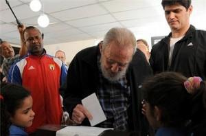 L'Avana, 4 febbraio 2013: Fidel Castro deposita la scheda alle elezioni cubane (ap)