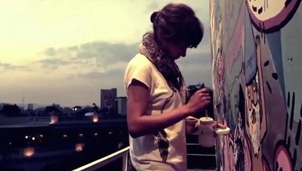 Città del Messico: la pittrice Cecilia al lavoro su un cartellone pubblicitario.