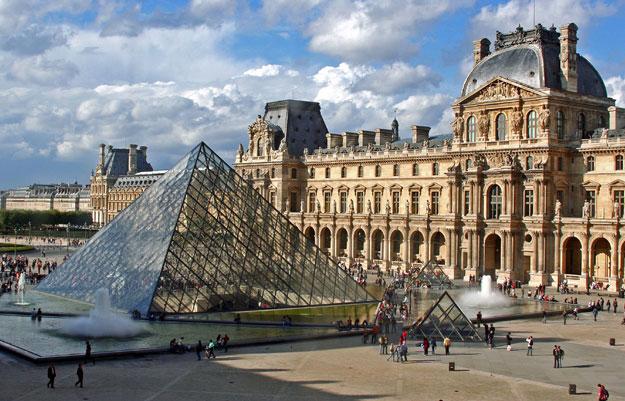 Il Museo del Louvre a Parigi, in Francia, è uno dei più celebri musei del mondo, e il primo per numero di visitatori: 8,8 milioni l'anno.