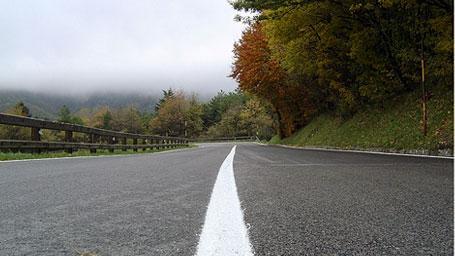Da Rimini si prende la SS258 direzione Verucchio. Da lì in poi, due le possibili deviazioni, entrambe in salita: verso San Marino, o dopo, verso la rocca di San Leo. Riprendendo a Pennabilli la SS258 si va verso il Passo di Viamaggio, costeggiando l'Alpe della Luna per far tappa a Sansepolcro. Ripartire seguendo le indicazioni per Città di Castello. A San Giustino imboccare la divertente salita verso Bocca Trabaria, SS73, fino a mille metri di quota, che poi scende dolcemente lungo la Valle del Metauro, Mercatallo, Sant'Angelo in Vado, Urbania e, una ventina di km dopo, Urbino. Da qui, proseguire per le vicine Sassocorvaro e Carpegna.