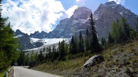 Dallo svincolo dell'A22 Bolzano Nord, proseguire lungo la Statale 12 del Brennero. Da Ponte Gardena si imbocca l'ex Statale 242, si passano Ortisei e Selva di Val Gardena, dove la valle termina sul fondo del massiccio e spettacolare Gruppo del Sella. Da qui, andare verso Passo di Sella, Canazei, Passo Pordoi, Passo di Falzarego e ritornare passando però da Corvara e il Passo di Gardena.