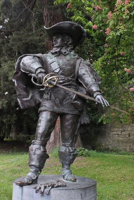 Maastricht. Nel parco di Aldenhof la statua del conte Charles de Batz de Castelmore d'Artagnan, alla cui figura s'ispirò Alexandre Dumas per il suo romanzesco paladino di cappa e spada. Proprio nell'assedio di Maastricht, il vero d'Artagnan (che comandava la Compagnia dei Moschettieri Grigi di Luigi XIV durante la guerra del 1673 contro l'Olanda) morì, con la gola squarciata da un proiettile nemico, a 61 anni.
