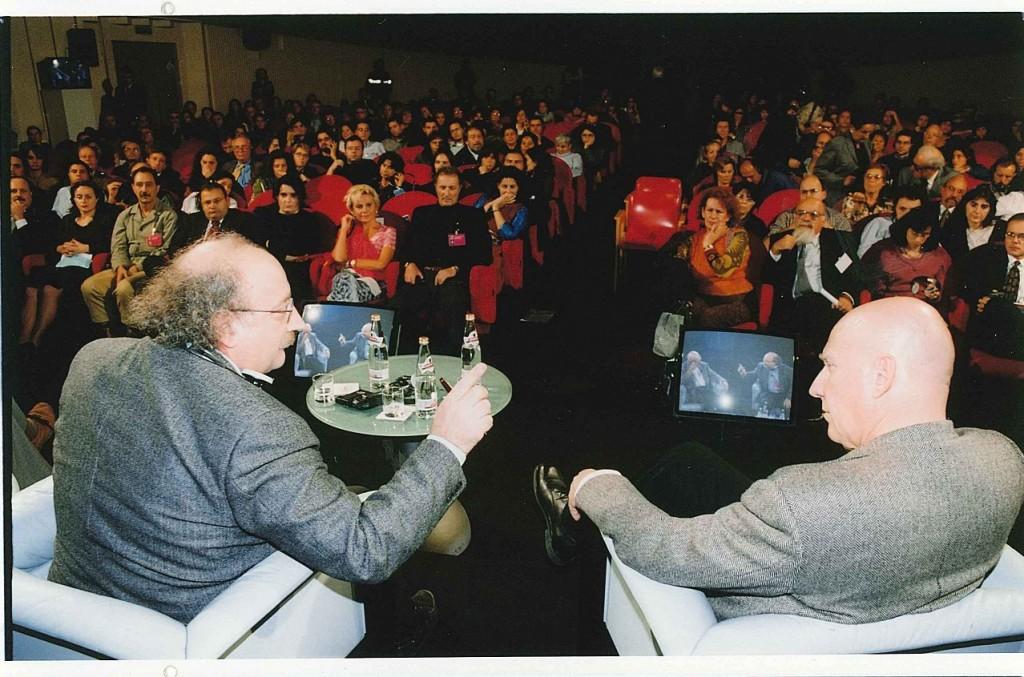 UN'IMMAGINE TRATTA DALL'INTERVISTA AL TEATRO NOVELLI DI RIMINI A SEBASTIAO SALGADO, NEL 2000, DURANTE LE GIORNATE INTERNAZIONALI DI STUDIO DEL CENTRO PIO MANZU'