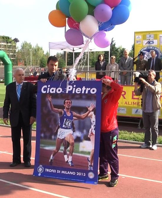 Milano. Il poster in ricordo di Pietro Mennea. A sinistra, il professor Franco B. Ascani.