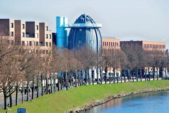 Maastricht. Dal 1995 qui svetta la sagoma argentea del Museo Bonnefanten, d'arte antica e contemporanea, la cui forma a missile panciuto è stata una delle ultime opere del compianto architetto milanese Aldo Rossi.