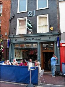 Dublino. In pieno centro, in Duke Street, si trova il Davy Byrne's, pub vecchio stile molto amato da Joyce. In occasione del Bloomsday del 16 giugno si riempie di amanti dello scrittore, vestiti come all'epoca del libro, per bere burgundy o una pinta di Guinness e mangiare un panino al gorgonzola.