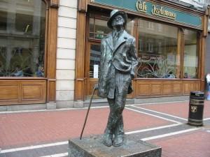 Dublino. La famosa statua di Joyce tra North Earl Street e O'Connell Street.