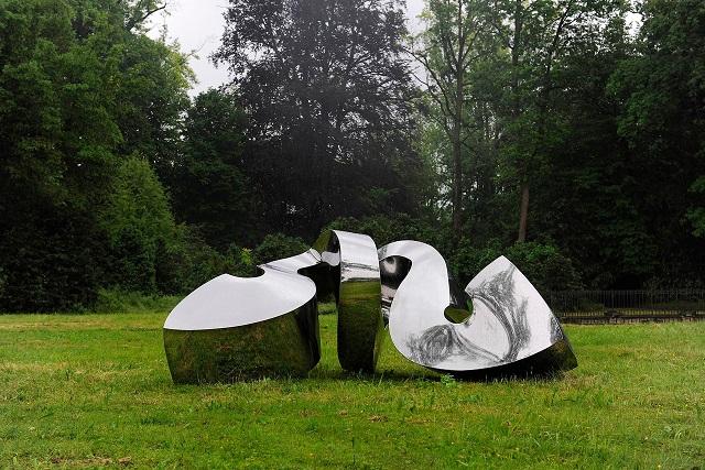 """Racconigi (Cuneo). Questa scultura di acciaio inossidabile, """"Reflektor"""", è dell'artista tedesco Jorg Bach."""