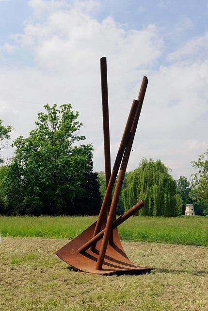 """Racconigi (Cuneo). Si chiama """"Grande ellisse"""" questa scultura del 2012, in bronzo e acciaio, di Giuseppe Bergomi."""