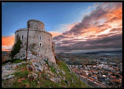 Montesarchio (Benevento). La torre al tramonto con il paese campano sullo sfondo.