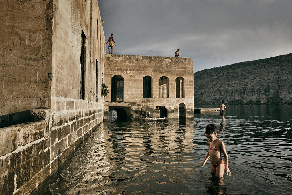 La moschea sommersa di Halfeti lungo il fiume Eufrate. La città fa parte dell'omonimo distretto agricolo nella provincia di Sanliurfa, per metà sommerso nel 1999 dalla diga di Birecik, una delle 22 dighe del progetto GAP. Il distretto di Halfeti è anche noto come il luogo di nascita di Abdullah Ocalan, storico leader del PKK.