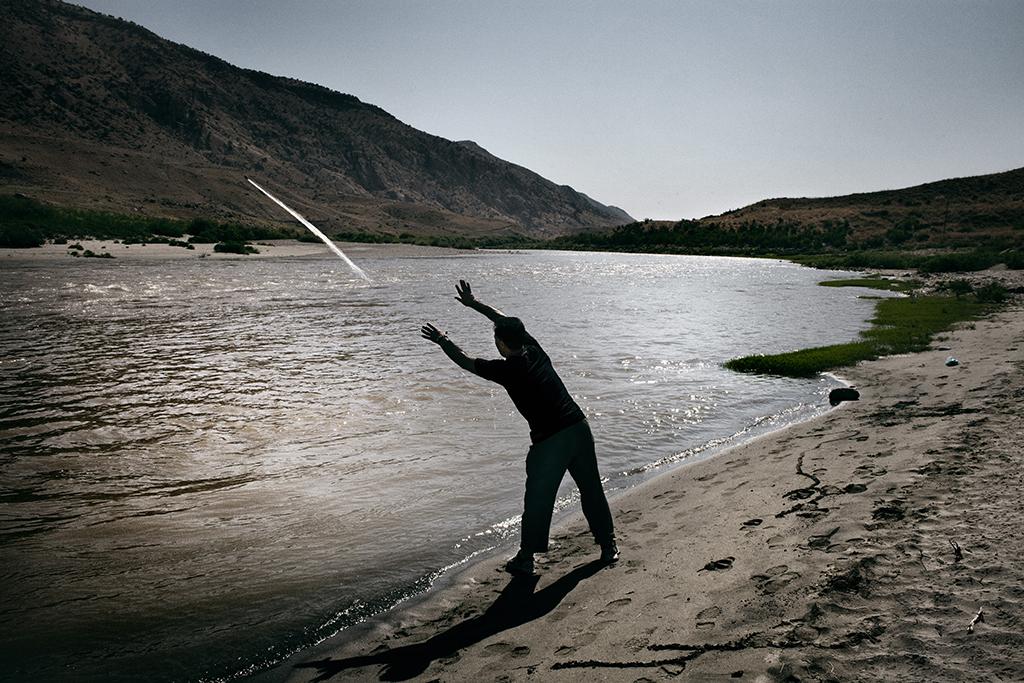 Un curdo pesca con una rete lungo il fiume Tigri nella provincia di Batman. Diversi attivisti e scienziati sostengono che lo sviluppo di dighe e centrali idroelettriche del progetto GAP porterà a una seria alterazione dell'ecosistema fluviale e a una riduzione di circa l'80% del flusso del Tigri in Iraq.