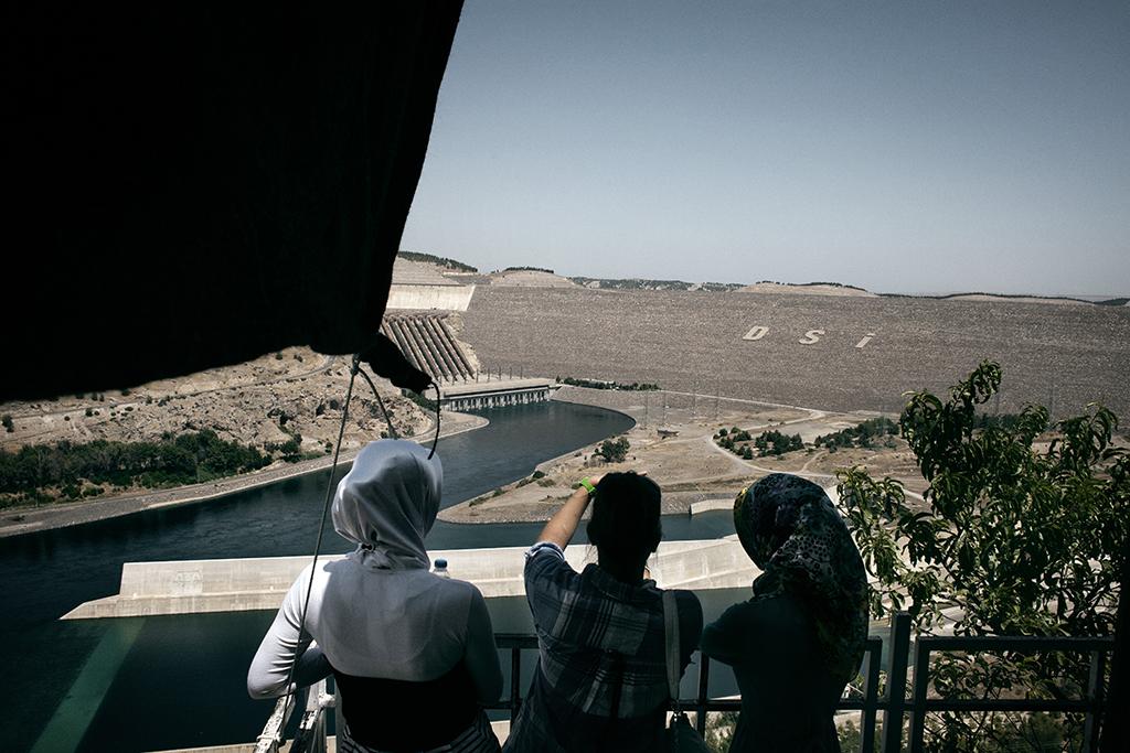 La diga Ataturk sul fiume Eufrate. La sua realizzazione nel 1992 ha costituito un serio elemento di instabilità nelle relazioni tra Turchia e Siria. Nonostante un accordo che impegna Ankara a rilasciare dall'Eufrate non meno di 500 metri cubici di acqua al secondo, di cui il 48% va alla Siria e il 52% all'Iraq, la Turchia continua a rifiutare di sottoscrivere la Convenzione delle Nazioni Unite del 1997 per la divisione equa e ragionevole dei corsi transfrontalieri (Non-Navigational Uses of Transboundary Watercourse), e rivendica una completa sovranità sui due fiumi. Il che non fa altro che acuire i contrasti tra le parti.