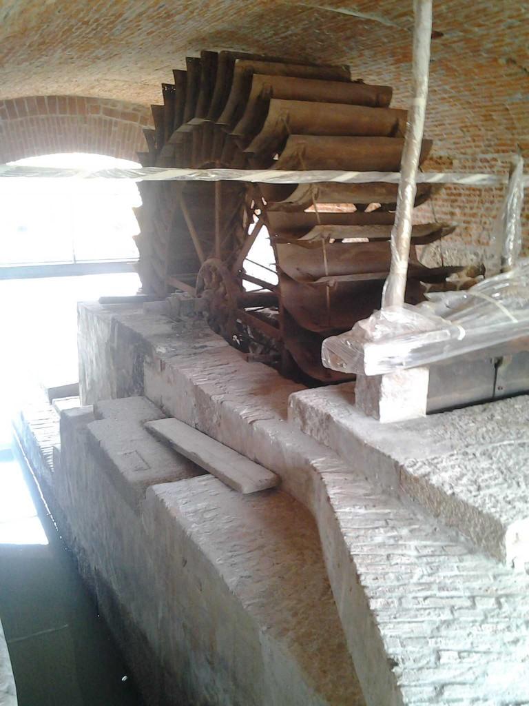 Basiglio (Milano).Il restauro ha consentito di salvaguardare anche l'antica ruota del mulino.
