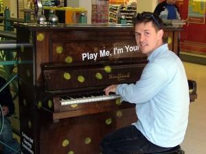Luke Jerram al piano.