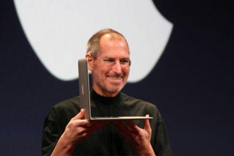 """Steve Jobs (San Francisco, 1955 – Palo Alto, 2011), è stato un imprenditore, informatico e inventore statunitense. Nato da madre svizzera (Joanne Carole Schieble) e da padre siriano (Abdulfattah """"John"""" Jandali, uno studente che sarebbe diventato più tardi professore di scienze politiche), Steve non fu cresciuto dai suoi genitori naturali, ma fu dato in adozione appena nato. Fu adottato da Paul e Clara Jobs, residenti a Mountain View, in California. Il padre adottivo all'epoca faceva il meccanico per auto e la madre adottiva era contabile. Nel 1972 Jobs si diplomò all'istituto Homestead di Cupertino, in California. Poi si iscrisse al Reed College di Portland (Oregon), ma abbandonò l'università dopo solo un semestre per andare a lavorare."""