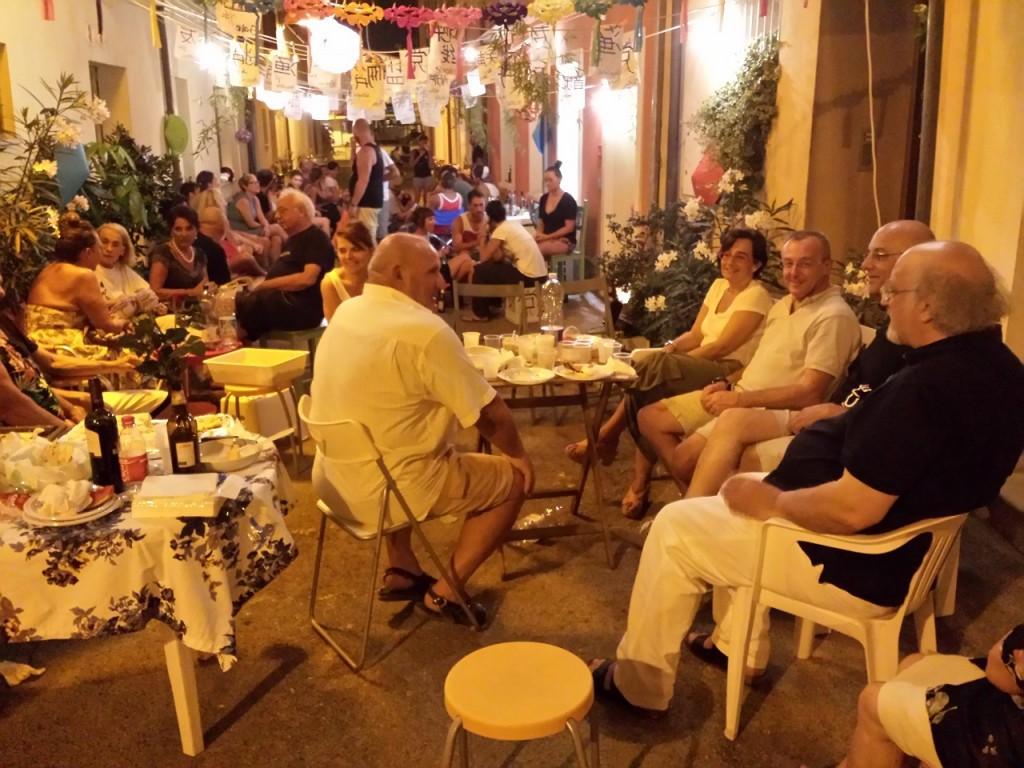 Cesenatico (Forlì Cesena): residenti e turisti nella festosa atmosfera di via Semprini. (FOTO DI DONATO IOLI)