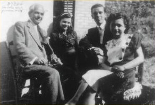 Atene, 1944. Il ventitreenne Mario Cervi l'anno in cui si è sposato. Con lui, da sinistra, il futuro suocero Eftimio Ciamandani, la fidanzata Dina e sua sorella Anna.