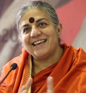 Vandana Shiva (Dehra Dunh, 1952) è un'attivista e ambientalista indiana. Nel 1993 ha ricevuto il cosiddetto Premio Nobel alternativo, cioè il Right Livelihood Award.