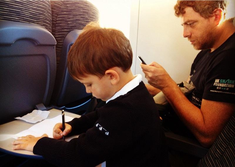 Il piccolo Leo, che nel 2030 avrà 22 anni, con il papà Max.