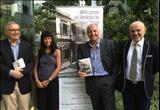 Hong Kong: la console Alessandra Schiavo con tre collaboratori durante la presentazione del libro