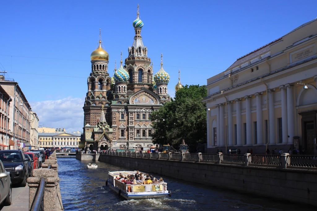 San Pietroburgo (Russia): un battello porta i turisti tra i 65 fiumi e canali della città.