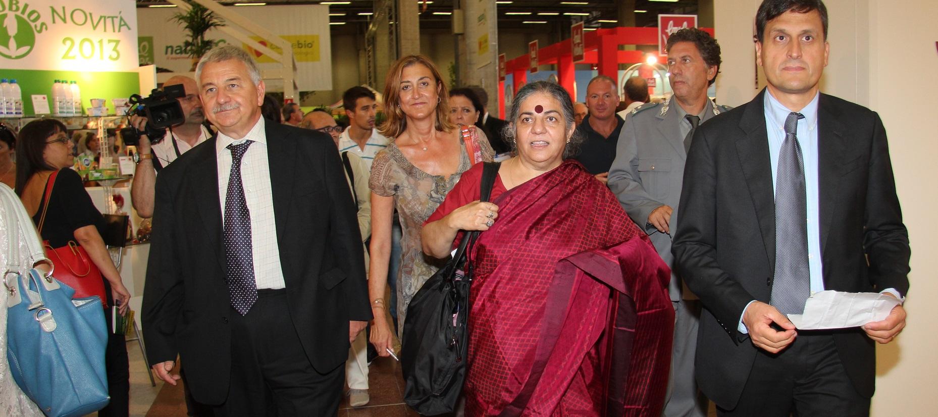 Paradossi del terzo millennio: il trionfo bolognese di Vandana Shiva, ambasciatrice mondiale  della fame indiana