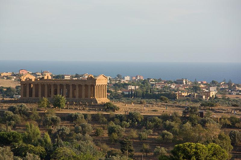 La Valle dei Templi è un'area archeologica della Sicilia caratterizzata dall'eccezionale stato di conservazione e da una serie di importanti templi dorici del periodo ellenico. Corrisponde all'antica Akragas, monumentale nucleo originario della città di Agrigento.Dal 1997 l'intera zona è stata inserita nella lista dei patrimoni dell'umanità redatta dall'UNESCO. È considerata un'ambita meta turistica, oltre ad essere il simbolo della città e uno dei principali di tutta l'isola. Il parco archeologico e paesaggistico della Valle dei Templi misura circa 1300 ettari.