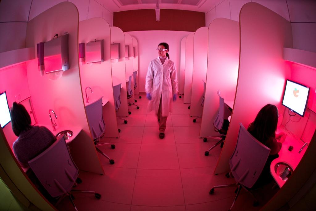 Una ricercatrice all'interno del laboratorio sensoriale della Fondazione Edmund Mach (www.fmach.it).