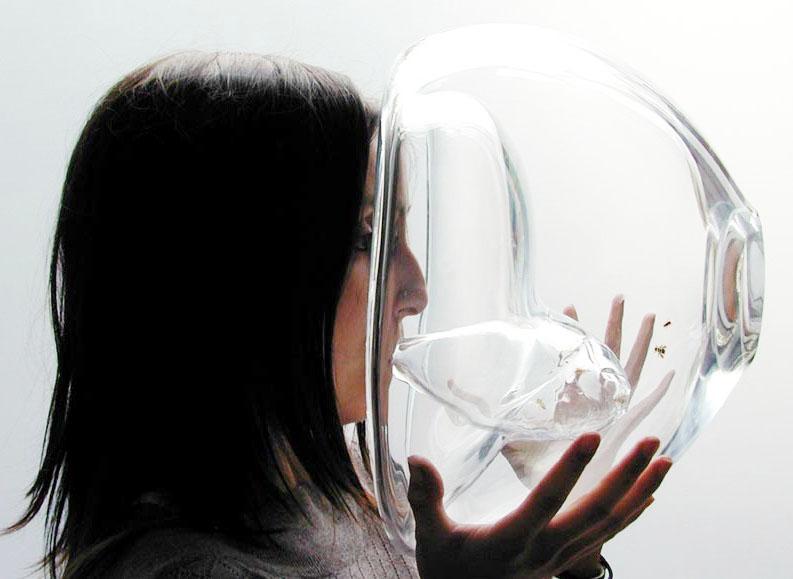 Susana Soares, designer del prodotto, soffia nella camera utilizzata per stabilire la presenza delle molecole utili alla rilevazione della malattia. Le api vengono preventivamente addestrate per compiere uno spostamento verso la camera piccola in caso di presenza di tali molecole