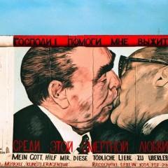 """Berlino, il muro dipinto per """"colorare"""" il passato"""
