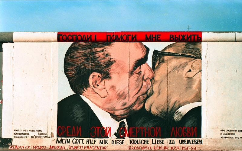 berlino-muro-dipinto-bacio-mortale-graffito-breznev-honecker
